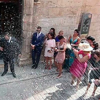 Novios a la salida de la iglesia en Jaén