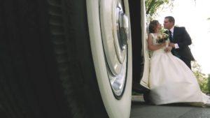 Vídeo de boda en exteriores junto a coche antiguo