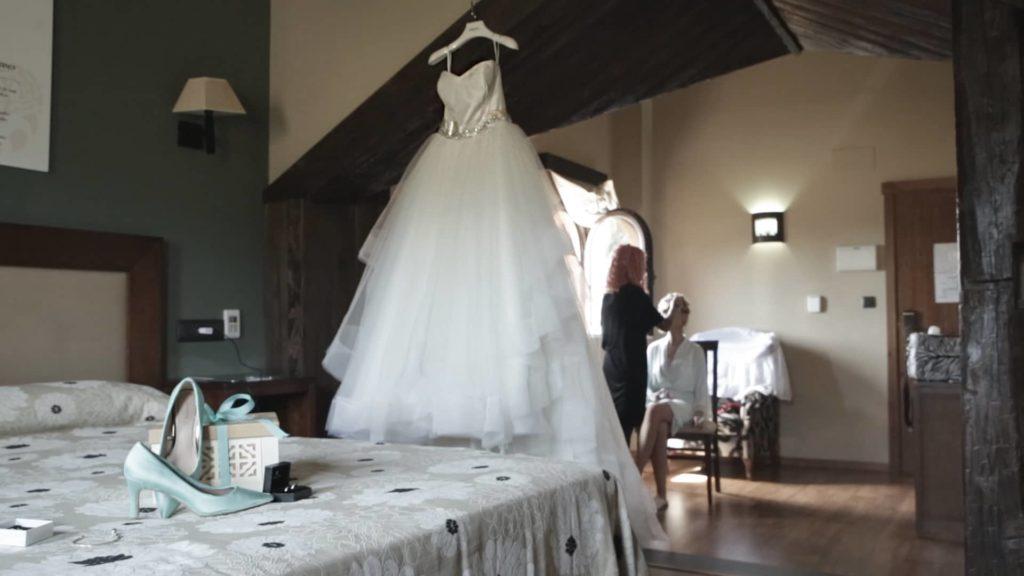 Preparativos de boda en la habitación de la novia