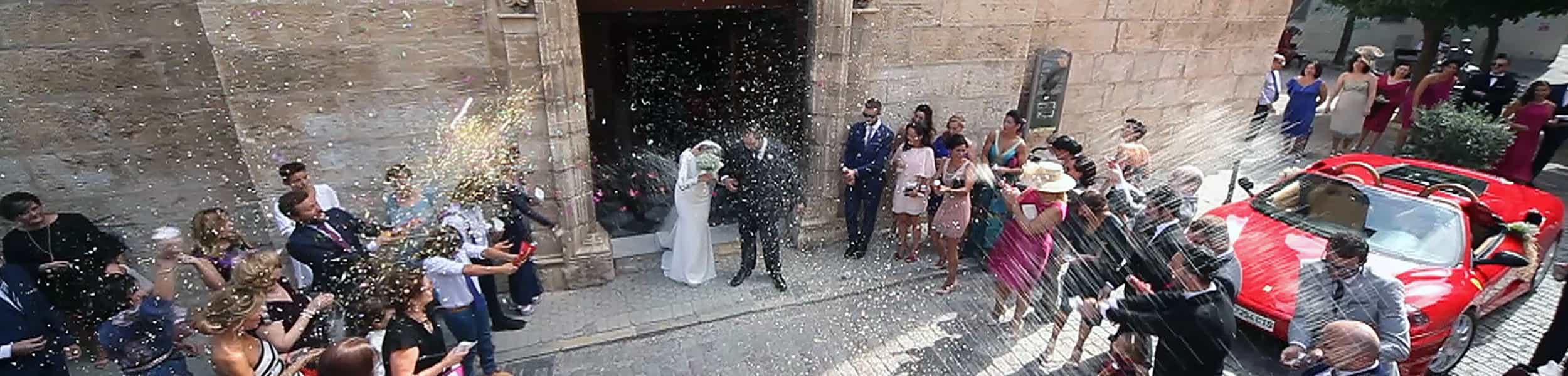 Novios a la salida de la Iglesia en una boda en Jaén